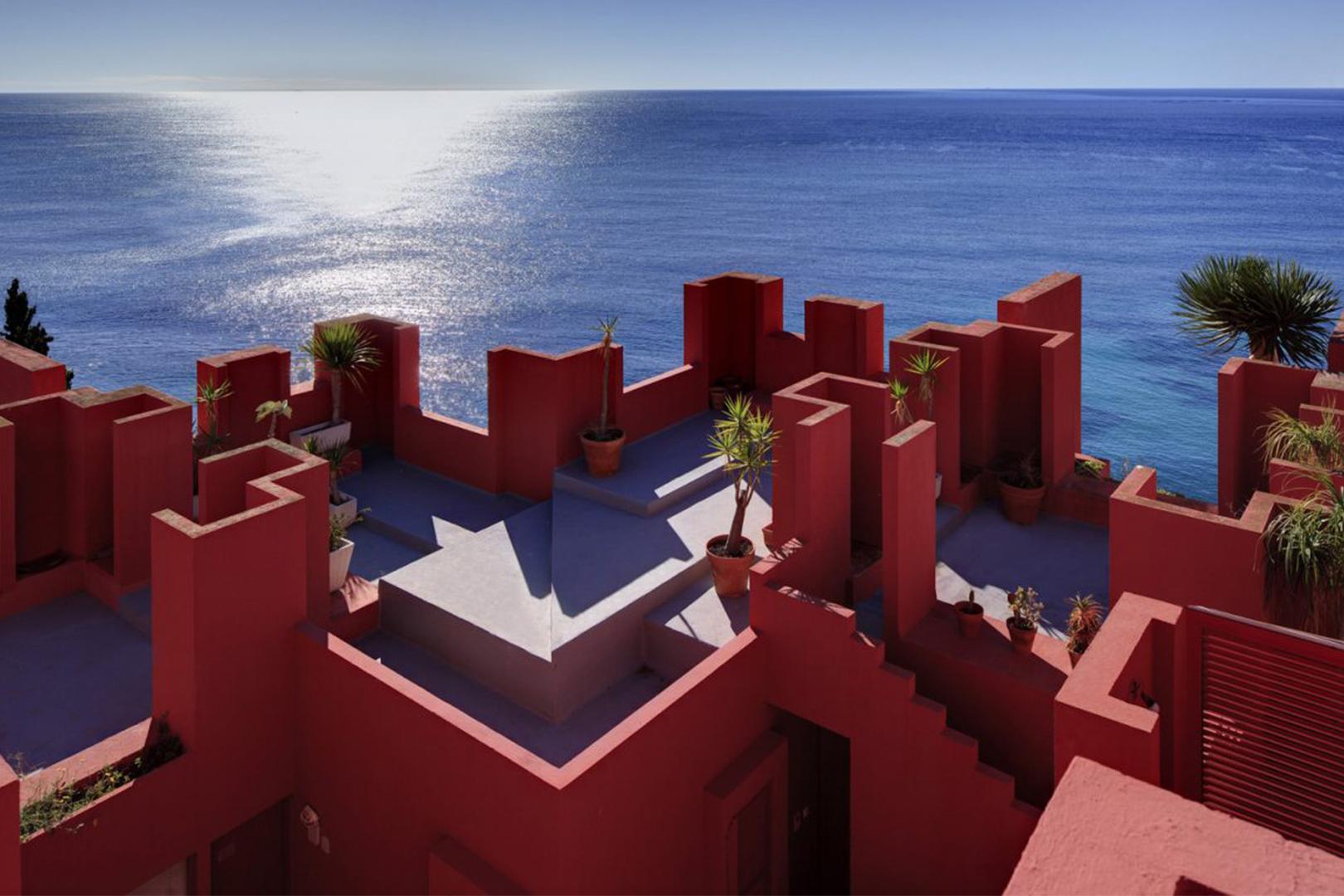 《魷魚遊戲》迷宮真實版地標:西班牙 La Muralla Roja 能夠互相凝望的螺旋樓梯